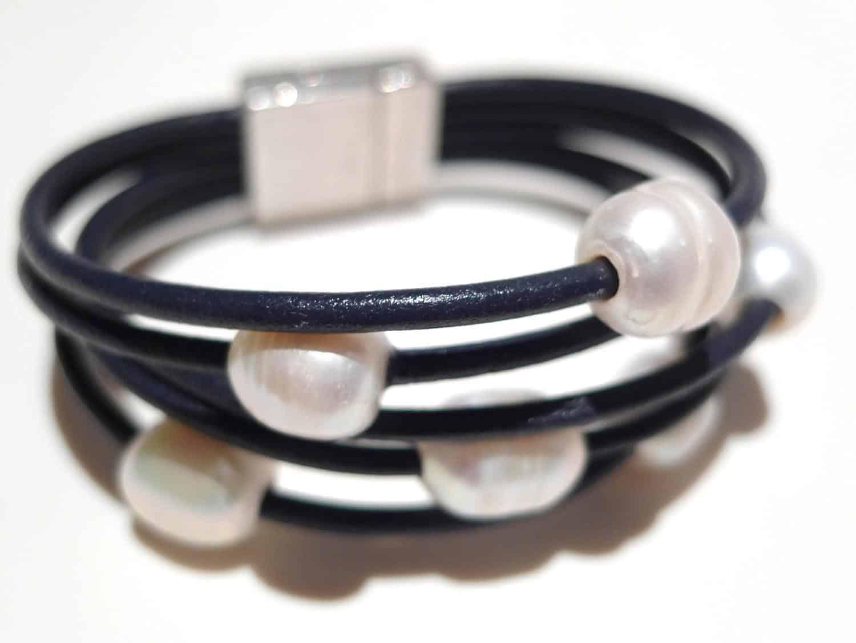 5fb98eac9fa0 Pulsera de perlas y cuero