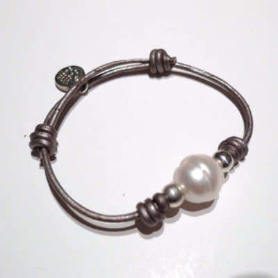 Pulsera de perlas y cuero sencilla