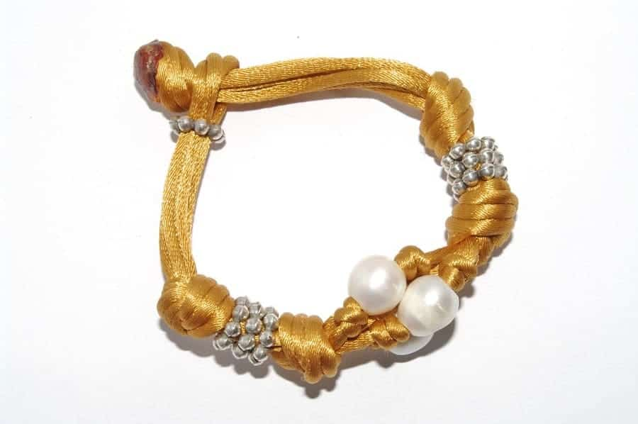 Pulsera de perlas con seda y plata