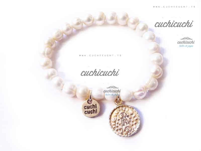 Pulsera con perlas y medallita en plata con una virgen o ángel de la guarda
