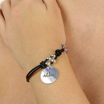 pulsera cuero personalizada puesta